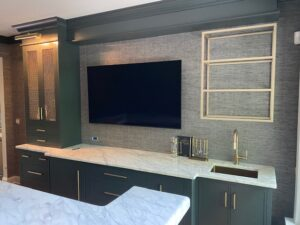 bar back with sink, open shelving and TV